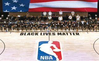 Παίκτες και προπονητές φορώντας μπλούζες «Black Lives Matter» γονάτισαν πριν από τα τζάμπολ των δύο πρώτων επίσημων αγώνων στη «φούσκα» του Ορλάντο, στέλνοντας μήνυμα κατά των φυλετικών διακρίσεων και του ρατσισμού.