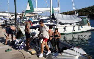 Ο τραγουδιστής Σάκης Ρουβάς, αποβιβάζεται από το σκάφος της Εφορείας Εναλίων Αρχαιοτήτων στο λιμανάκι της Στενής Βάλας στην Αλόννησο, μετά τη δοκιμαστική βουτιά στο υποβρύχιο μουσείο της Περιστέρας, Παρασκευή 31 Ιουλίου 2020 (φωτ. ΑΠΕ-ΜΠΕ/ΑΛΕΞΑΝΔΡΟΣ ΜΠΕΛΤΕΣ).