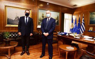 Ο υπουργός Εθνικής Αμυνας Ν. Παναγιωτόπουλος κατά τη συνάντησή του χθες με τον πρέσβη του Ισραήλ στην Ελλάδα, Γιόσι Αμράνι.