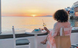 Το δεύτερο κύμα της πανδημίας που έχει αρχίσει να εξελίσσεται διεθνώς καθώς και η επικείμενη έναρξη της σχολικής χρονιάς στις μεγάλες αγορές του ελληνικού τουρισμού κλείνουν τη φετινή σεζόν, και μάλιστα με άδοξο τρόπο. (Φωτ. A.P.)