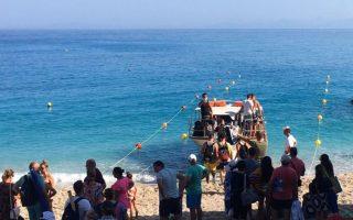 Φωτογραφία από την επιβίβαση επισκεπτών σε βάρκες στην περιοχή του Αγίου Νικήτα, την οποία απέστειλε αναγνώστρια της «Κ», καταγγέλλοντας την καταπάτηση των μέτρων.