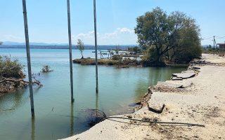 """«Δεν μπορείτε να φανταστείτε, στο Λευκαντί έχει χαθεί η παραλία και η θάλασσα έχει φθάσει στους δρόμους, από τους οποίους πολλοί έχουν """"κουφώσει""""», λέει η δήμαρχος Χαλκιδέων, Ελένη Βάκα."""