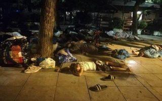 Παρά τις μεταφορές προσφύγων σε ξενώνες φιλοξενίας, κάθε βράδυ στην πλατεία Βικτωρίας κοιμάται κόσμος με τα υπάρχοντά του σε σακούλες στο πλάι, ενώ δύο φορές την ημέρα μοιράζεται φαγητό από εθελοντές.
