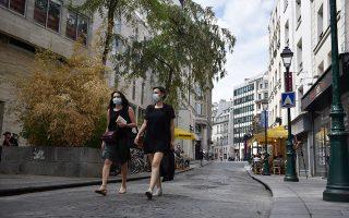 Πρωινή βόλτα στο Παρίσι, με υποχρεωτική χρήση μάσκας.