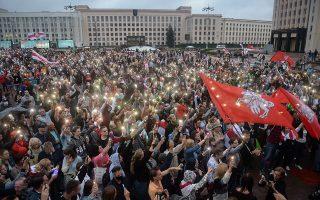 Mε την πλάτη στον τοίχο από τη νύχτα της 9ης Αυγούστου βρίσκεται ο επί 26 χρόνια ηγέτης της Λευκορωσίας Αλεξάντερ Λουκασένκο. Εκτοτε, οι κεντρικοί δρόμοι πολλών πόλεων γέμισαν διαδηλωτές, που αμφισβητούσαν την υποτιθέμενη νίκη του στις προεδρικές εκλογές. (Φωτ. EPA/YAUHEN YERCHAK)