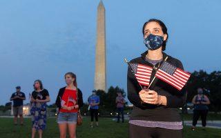 Aκτιβιστές σε εκδήλωση μνήμης στην Ουάσιγκτον για τους περίπου 180.000 Αμερικανούς που έχουν χάσει τη ζωή τους εξαιτίας του κορωνοϊού. (Φωτ. EPA)