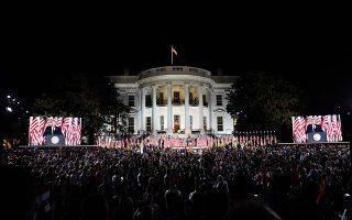 Ο Αμερικανός πρόεδρος εκφώνησε την ομιλία του από μια τεράστια εξέδρα που είχε στηθεί στον κήπο του Λευκού Οίκου, με φόντο το ιστορικό κτίριο που αποτελεί για τους ομοεθνείς του σύμβολο εθνικής ενότητας. (Φωτ. EPA)