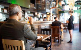 Η πρόσφατη απόφαση της κυβέρνησης να κατεβάσουν ρολά μπαρ και εστιατόρια σε συγκεκριμένες περιοχές από τις 12 το βράδυ έως τις 7 το πρωί (11/8-23/8) χαρακτηρίζεται «καταστροφική» από παράγοντες του κλάδου (φωτ. ΑΠΕ).