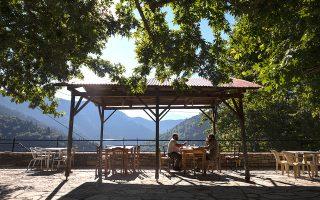 Πρωινός καφές στο κοινοτικό καφενείο στο Στεφάνι με θέα το ορεινό συγκρότημα της Τριγγίας. (ΦΩΤΟΓΡΑΦΙΕΣ: ΚΩΝΣΤΑΝΤΙΝΟΣ ΤΣΑΚΑΛΙΔΗΣ/SOOC)
