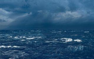 «Κάπου κάτι έχασε/ τη θάλασσα κοιτάζοντας// στο κύμα καλπάζει η απουσία». Η φωτογραφία είναι του Γιώργη Γερόλυμπου.