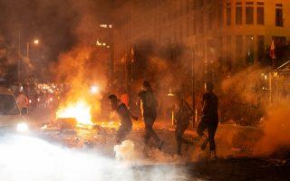 Οι πρώτες αψιμαχίες μεταξύ οργισμένων διαδηλωτών και αστυνομίας σημειώθηκαν γύρω από το Κοινοβούλιο του Λιβάνου, καθώς η οδύνη για την τραγωδία της Βηρυτού μετασχηματίζεται σε οργή εναντίον του υφιστάμενου πολιτικού συστήματος. Ο πρόεδρος της χώρας Μισέλ Αούν άφησε ανοικτό το ενδεχόμενο «εξωτερικής ανάμειξης» στην έκρηξη της Τρίτης, χωρίς να δώσει περισσότερες πληροφορίες (φωτ. A.P. Photo / Hassan Ammar).