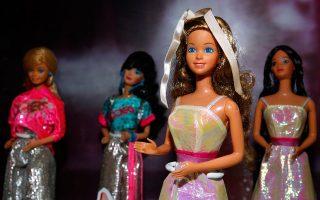 Οι κούκλες όλου του χρωματικού φάσματος βοηθούν τα παιδιά να αναγνωρίσουν τις διαφορές τους και να αντιληφθούν τη μοναδικότητα των άλλων. (φωτ. REUTERS/Nicky Loh)
