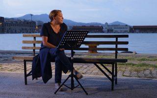 Η Ρένια Λουιζίδου διαβάζει τον «Δρόμο που τον λένε Αντίο» του Ακη Δήμου, στα 55α Δημήτρια.