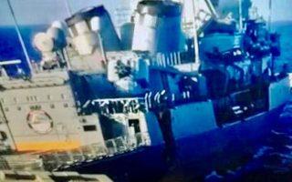 Στη φωτογραφία που δημοσιεύει σήμερα η «Κ» απεικονίζεται η δεξιά πρυμναία πλευρά της τουρκικής φρεγάτας τύπου ΜΕΚΟ, ο κυβερνήτης της οποίας προσπάθησε να προσπεράσει και να τη φέρει σε θέση εμποδίου προς την ελληνική φρεγάτα τύπου «S». Ο ελιγμός του Τούρκου κυβερνήτη ήταν ανεπαρκής, με αποτέλεσμα η πλώρη της φρεγάτας «Λήμνος» να προκαλέσει σοβαρές ζημιές στο «Κεμάλ Ρέις».