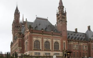 Στις περιπτώσεις που οι διμερείς διαπραγματεύσεις με καθένα από τα γειτονικά κράτη για την οριοθέτηση των θαλασσίων ζωνών δεν καταλήξουν σε εύλογο χρονικό διάστημα, τότε τα δύο μέρη θα προσφύγουν στο Διεθνές Δικαστήριο της Χάγης (φωτ.). Φωτ. A. P.