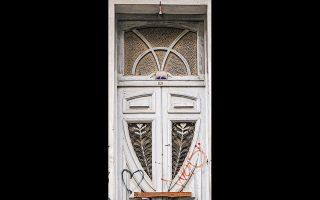Θύρωμα με αρ νουβό διακοσμητικά μοτίβα στην οδό Αγίου Ισιδώρου 7, στη Νεάπολη. Φωτ. ΝΙΚΟΣ ΒΑΤΟΠΟΥΛΟΣ