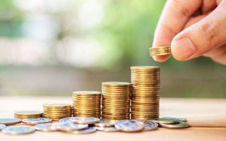 Για όσους έχουν δάνεια σε καθυστέρηση μικρότερη των 90 ημερών, η συνεισφορά ανέρχεται στο 80% της μηνιαίας δόσης και μέχρι του ποσού των 500 ευρώ ανά πιστωτή, για το πρώτο τρίμηνο.