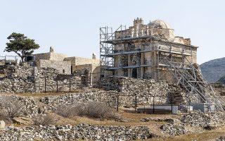 Αυτήν την περίοδο, σκαλωσιές περιβάλλον την Επισκοπή στη Σίκινο. Τα έργα αποκατάστασης αναµένεται να ολοκληρωθούν τον Σεπτέµβριο του 2021. Φωτ. ΥΠΟΥΡΓΕΙΟ ΠΟΛΙΤΙΣΜΟΥ
