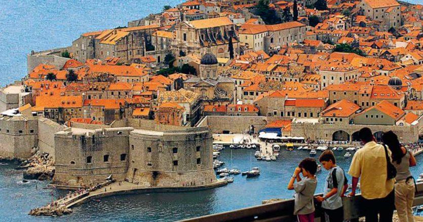 Ιδιαίτερα βαρύ είναι το πλήγμα που έχει υποστεί η οικονομία της Κροατίας από τη μεγάλη μείωση των τουριστών. Ο τουρισμός αποφέρει το 20% του ΑΕΠ της, όταν στην Ιταλία φθάνει το 13% και στην Ισπανία σχεδόν το 12%. Στην Κροατία οι ξένοι επισκέπτες τον Μάιο ήταν περιορισμένοι κατά 96% και 72,7% τον Ιούνιο.