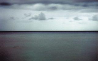 Πηγή ζωής και ερωτικής ολοκλήρωσης, η θάλασσα αποτελεί το στοιχείο εκείνο που φέρνει από τη λήθη τα αρχέγονα μητρικά υγρά της ύπαρξης, συνδέοντας τη μορφή της μητέρας και της ερωμένης. Φωτ. ΓΙΩΡΓΗΣ ΓΕΡΟΛΥΜΠΟΣ