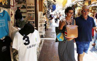 Οι πρόσφατες εκτιμήσεις γα μικρότερο αριθμό αφίξεων ξένων τουριστών στηρίζονται, αφενός, στις χαμηλές επιδόσεις του Ιουλίου και, αφετέρου, στο εν εξελίξει δεύτερο κύμα της πανδημίας.