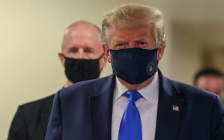 U.S. President Donald Trump wears a mask while visiting Walter Reed National Military Medical Center in Bethesda, Maryland, U.S., July 11, 2020. REUTERS/Tasos Katopodis     TPX IMAGES OF THE DAY