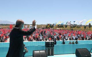 «Θέλουμε όλοι να δουν ότι η Τουρκία δεν είναι πια μια χώρα της οποίας η υπομονή, η αποφασιστικότητα, οι δυνατότητες ή το κουράγιο μπορούν να δοκιμαστούν», ανέφερε ο Τούρκος πρόεδρος Ρετζέπ Ταγίπ Ερντογάν, επιμένοντας στην εμπρηστική ρητορική. (Φωτ. Turkish Presidency/A.P.)