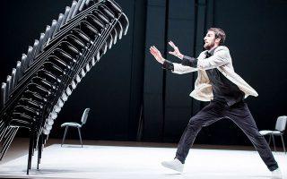 O χορευτής και χορογράφος Βικτόρ Τσέρνιτσκι με το «Pli» δίνει μιαν απρόβλεπτη και χιουμοριστική παράσταση, χρησιμοποιώντας 22 καρέκλες.