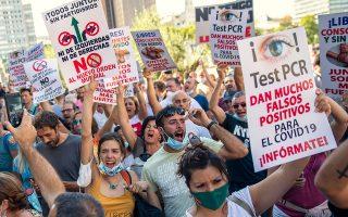 Χιλιάδες πολίτες κατέβηκαν στο κέντρο της Μαδρίτης εκφράζοντας την αντίθεσή τους στην υποχρεωτική χρήση μάσκας και την πεποίθησή τους ότι η πανδημία είναι απάτη των κυβερνώντων (φωτ. A.P. Photo/Andrea Comas).