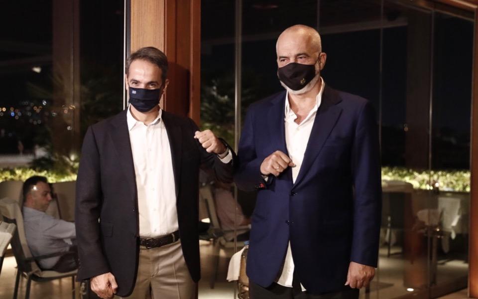 Ο Αλβανός πρωθυπουργός Εντι Ράμα (δεξιά) σχολίασε ότι εκεί όπου είχε χειραψία παλαιότερα με τον Κωνσταντίνο Μητσοτάκη είχε την Τρίτη γεύμα με τον Ελληνα ομόλογό του σήμερα Κυριάκο Μητσοτάκη. (Φωτ.: ΑΠΕ-ΜΠΕ)