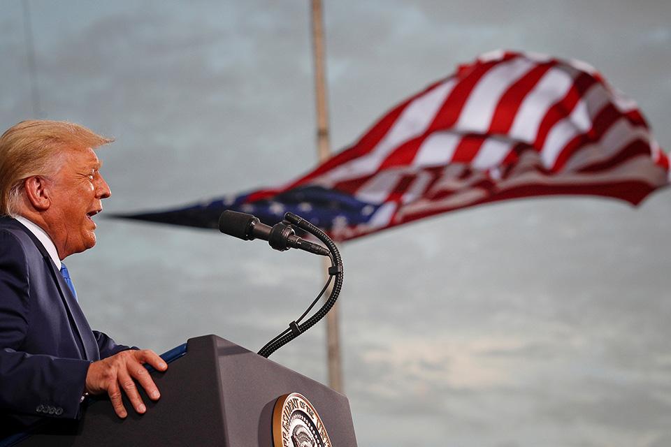 Συνήθως τα σχόλιά του κάνουν ακόμη και τους Ρεπουμπλικανούς να αναψοκοκκινίζουν από την έκπληξη και την αμηχανία. Αυτή την φορά στην προεκλογική συγκέντρωση του προέδρου Τραμπ στο Jacksonville της Φλόριντα και με αφορμή το debate σχολίασε την ηλικία του αντιπάλου του και είπε ότι θα κάνουν «κάποια ένεση (στον Biden) και θα έχει πολλή ενέργεια, θα είναι σαν τον Superman για 15 λεπτά». Οσο για την φωτογραφία είναι από την επίμαχη συγκέντρωση. REUTERS/Tom Brenner