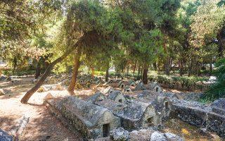 Μερική άποψη του Εβραϊκού Νεκροταφείου της Χαλκίδας, με τους πετρόχτιστους τάφους από τον 15ο ώς τον 18ο αιώνα και τις χαρακτηριστικές κρύπτες. (Φωτ. ΝΙΚΟΣ ΒΑΤΟΠΟΥΛΟΣ)