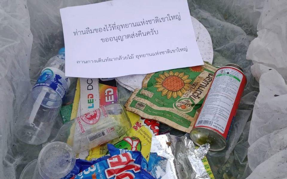 Ένα από αυτά τα πακέτα παρουσίασε στο Facebook ο υπουργός Περιβάλλοντος, το οποίο περιέχει πλαστικά μπουκάλια, κουτάκια αναψυκτικών και σακουλάκια από τσιπς. (Φωτ. FACEBOOK/TOPVARAWUT)