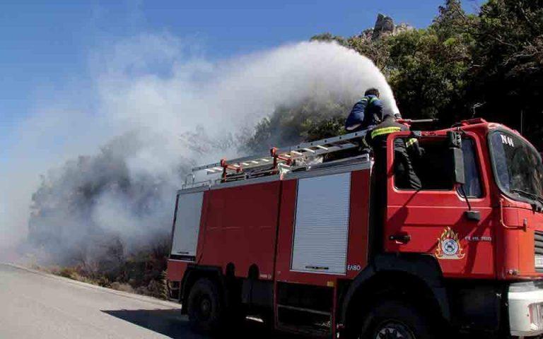 Πυρκαγιά στην Αρτέμιδα – Απομακρύνθηκαν κάτοικοι για να επιχειρήσουν τα ελικόπτερα