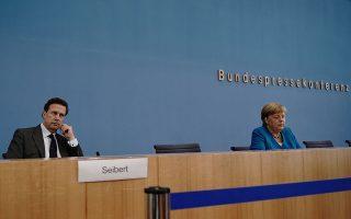 Η καγκελάριος Μέρκελ με τον εκπρόσωπο της γερμανικής κυβέρνησης Στέφεν Ζάϊμπερτ. Kappeler/Pool via REUTERS