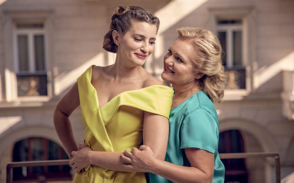 Θερμές ευχαριστίες στον Βασίλη Ζούλια για την παραχώρηση των φορεμάτων της φωτογράφισης της Μαρίας Καβογιάννη και της Μαρίας Κίτσου.  Η φωτογράφιση έγινε στο «Foyer» του θεάτρου Παλλάς. (Φωτογραφίες: Κωστής Σωχωρίτης)
