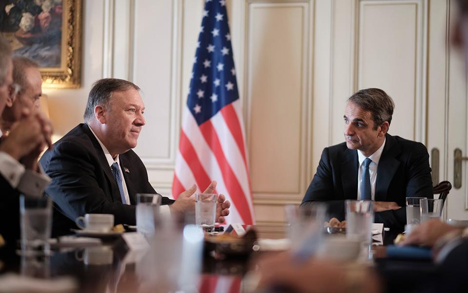 Η σχέση που αναπτύσσουν στον τομέα ασφαλείας η Ελλάδα, το Ισραήλ και τα Ηνωμένα Αραβικά Εμιράτα τελεί υπό την ενθάρρυνση των ΗΠΑ, που εκτιμούν ότι αυτός ο άξονας μπορεί να συντείνει στην εδραίωση της σταθερότητας στην περιοχή (στη φωτ. οι κ. Πομπέο - Μητσοτάκης τον περασμένο Οκτώβριο στην Αθήνα). (Φωτ. ΑΠΕ-ΜΠΕ / ΓΡΑΦΕΙΟ ΤΥΠΟΥ ΠΡΩΘΥΠΟΥΡΓΟΥ / ΔΗΜΗΤΡΗΣ ΠΑΠΑΜΗΤΣΟΣ)