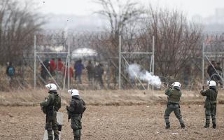 Στη διάρκεια των επεισοδίων του Μαρτίου στις Καστανιές, οι διμοιρίες εκτόξευαν κατά μέσον όρο 1.000 με 1.100 δακρυγόνα την ημέρα, με αποτέλεσμα οι αποθήκες της Διεύθυνσης Αστυνομικών Επιχειρήσεων να ξεμείνουν από πολεμοφόδια. (Φωτ. ΑΠΕ-ΜΠΕ / ΔΗΜΗΤΡΗΣ ΤΟΣΙΔΗΣ)