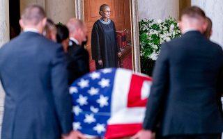To φέρετρο με τη Ρουθ Μπέιντερ Γκίνσμπεργκ (στο βάθος διακρίνεται το πορτρέτο της) σκεπασμένο με την αστερόεσσα. (Φωτ. EPA / ANDREW HARNIK)