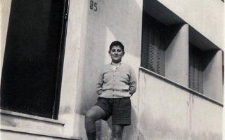 Στη θέση του σπιτιού του στην Κυψέλη υψώνεται πολυκατοικία, όπου θα τοποθετηθεί τιμητική πλακέτα. Στη φωτό, μπροστά στο σπίτι του στην οδό Λαχανά.