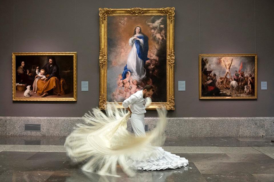 Στις αίθουσες του Πράντο ηχήσαν δυνατά τα τακούνια των χορευτών του φλαμέγκο. Η ένωση  «Tablaos Flamencos» της Μαδρίτης διάλεξε αυτόν τον τρόπο για να συγκεντρώσουν την προσοχή πάνω τους με αφορμή την Παγκόσμια Ημέρα Τουρισμού και τους τουρίστες που λείπουν από την χώρα με αποτέλεσμα οι επαγγελματίες του κλάδου να βρίσκονται σε πολύ δύσκολη θέση.  EPA/'Tablaos Flamencos' Association