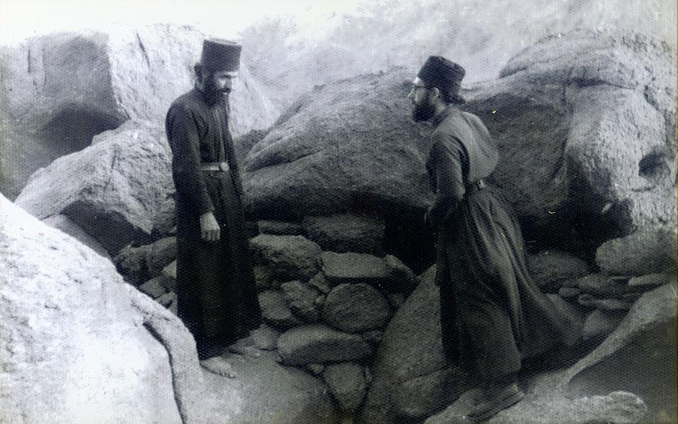 Σινά, 1963. Ο μοναχός, τότε, Παΐσιος (αριστερά) μαζί με τον μετέπειτα και νυν Αρχιεπίσκοπο του Σινά Δαμιανό. Φωτογραφία από το αρχείο του Αρχιεπισκόπου.