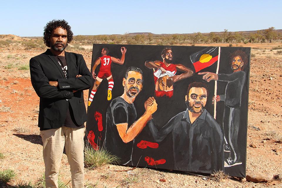 Είκοσι ολόκληρα χρόνια έχουν περάσει από την στιγμή που η Cathy Freeman κέρδισε το χρυσό  μετάλλιο στους Ολυμπιακούς του Σίδνεϊ και κατάφερε να κάνει την φυλή της για πρώτη φορά ορατή στην υφήλιο. Είκοσι χρόνια μετά ο πρώτος Αβορίγινας καλλιτέχνης ο εικονιζόμενος Vincent Namatjira κερδίζει για πρώτη φορά το φημισμένο βραβείο Archibald με το έργο του για τον Adam Goods.    EPA/IWANTJA AR