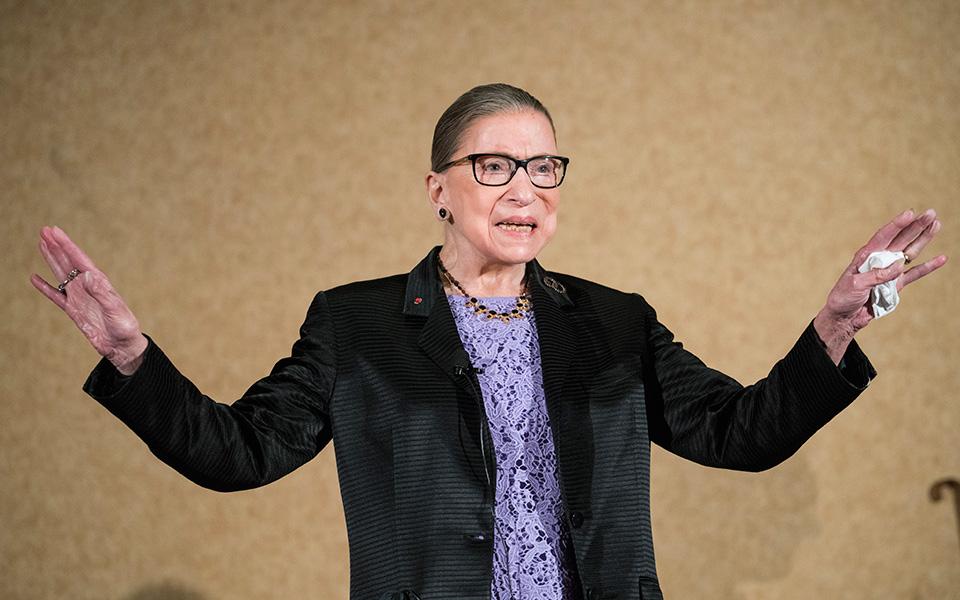 Η Ρουθ Μπέιντερ Γκίνσμπεργκ, από το 1993 που βρέθηκε στα έδρανα του Ανωτάτου Δικαστηρίου των ΗΠΑ, υπερασπίστηκε με θάρρος και πίστη τα δικαιώματα των γυναικών, των μειονοτήτων, τις φιλελεύθερες αξίες και τη δημοκρατία. (Φωτ. ASSOCIATED PRESS)