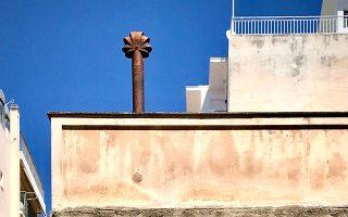 Στην οδό Τιμοθέου 53, στο Παγκράτι, ένας «μύλος» - καμινάδα θυμίζει τις καλλιγραφίες του Γκαουντί. (Φωτ. ΝΙΚΟΣ ΒΑΤΟΠΟΥΛΟΣ)