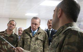 Η επέμβαση του Ερντογάν στη Συρία τον είχε φέρει σε μετωπική σύγκρουση όχι μόνο με τη Χεζμπολάχ, αλλά και με μεγάλο μέρος της λιβανέζικης κοινωνίας, καθώς πλημμύρισε τη χώρα με Σύρους πρόσφυγες (στη φωτ. ο Τούρκος πρόεδρος ενημερώνεται από αξιωματικούς του τουρκικού στρατού για τις εξελίξεις στα σύνορα με τη Συρία, το 2018). (Φωτ. A.P.)