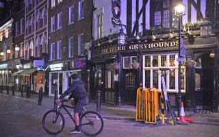 H βρετανική κυβέρνηση επέβαλε από την προηγούμενη εβδομάδα κλείσιμο των καταστημάτων εστίασης και των μπαρ στις 10 το βράδυ (φωτ. A.P.).