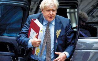 Ο αρμόδιος υφυπουργός Μπράντον Λιούς παραδέχθηκε ότι η ξαφνική πρωτοβουλία του Μπόρις Τζόνσον (φωτ.) συνιστά παραβίαση του διεθνούς δικαίου, προκαλώντας σφοδρές αντιδράσεις. Μερίδα του Τύπου δεν απέκλειε να υπάρξει μια μαζική εσωκομματική εξέγερση κατά του Βρετανού πρωθυπουργού στις τάξεις των Τόρις. (Φωτ. REUTERS / Toby Melville)