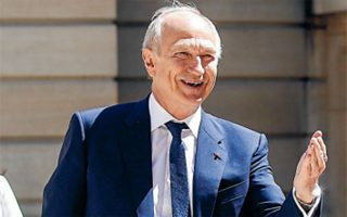 Οι Ελληνες έχουν δείξει ότι είναι έτοιμοι να κάνουν μεγάλες θυσίες προκειμένου να συνεχίσουν να αποτελούν μέρος της Ευρώπης. Είμαι εντυπωσιασμένος από αυτήν την απίστευτη ανθεκτικότητα των Ελλήνων. Αυτή δεν με εκπλήσσει, αφού οι Ελληνες έχουν μοναδικές αρετές, λέει ο διευθύνων σύμβουλος της L'Oréal, Jean-Paul Agon. (Φωτ. REUTERS)