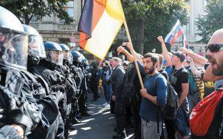 Αστυνομικοί απέναντι σε διαδηλωτές, στη μεγάλη πορεία της 29ης Αυγούστου στο Βερολίνο, κατά της χρήσης μάσκας και των άλλων υγειονομικών μέτρων. (Φωτ. REUTERS / Christian Mang)